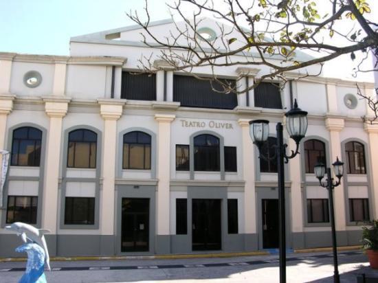 Arecibo, เปอร์โตริโก: Elantiguo Teatro Oliver y Plaza del Corregimiento.