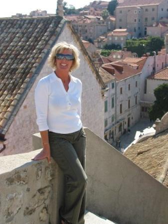 ดูบรอฟนิก, โครเอเชีย: Sherry, posing on the Dubrovnik city walls (Oct 06).