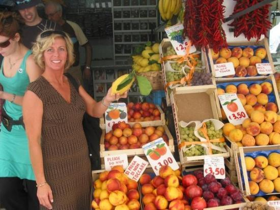 อมาลฟี, อิตาลี: Sherry, at a fruit stand in Amalfi, Italy (Oct 10 06).