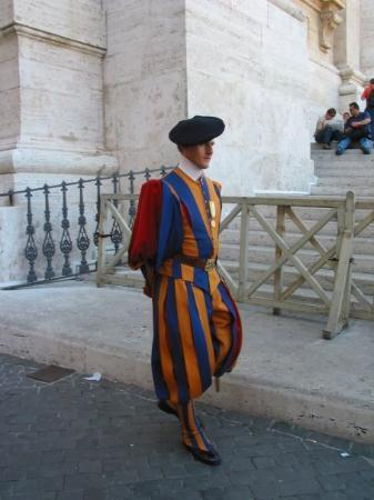 นครวาติกัน, อิตาลี: A member of the Swiss Guard, Vatican City (Oct 9 06).