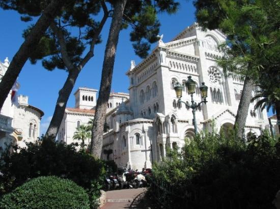 มอนติคาร์โล, โมนาโก: St Nicholas Cathedral, Monte Carlo, Monaco, where Princess Grace & Prince Rainier are buried (Oc