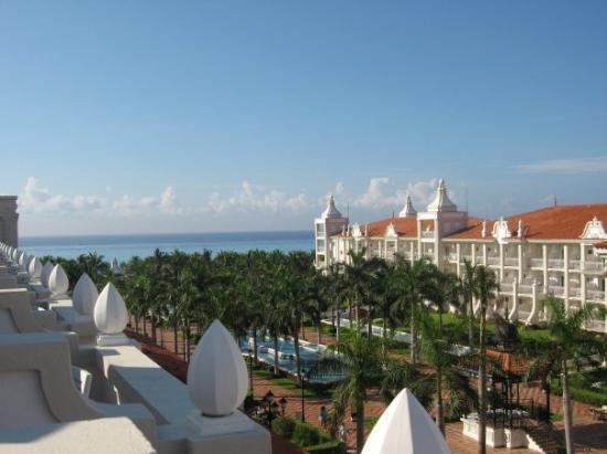 พลายาเดลคาร์เมน, เม็กซิโก: The view from our balcony, on our first morning at the resort (most days we could see the island