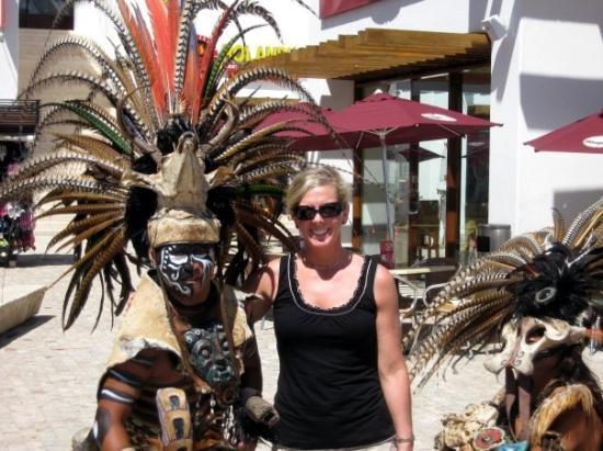 พลายาเดลคาร์เมน, เม็กซิโก: In Playa del Carmen, Sherry encountered some Mayan natives!! (Jun 08).