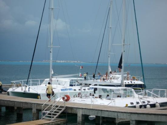 อิสลามูเคเรส, เม็กซิโก: Our catamaran, waiting to take us back (Cancun can be seen in the distance). Isla Mujeres, Mexic