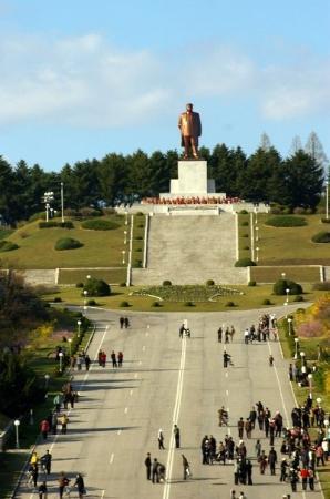 Pyongyang, เกาหลีเหนือ: statue av den evige president kim sung-il i Kaesong city. En av få byer som ikke ble ødelagt i k