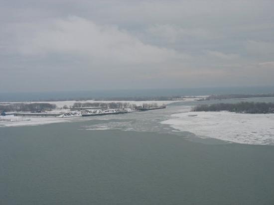 โตรอนโต, แคนาดา: The view of Lake Ontario from the 34th floor of the Westin Harbour Castle Hotel