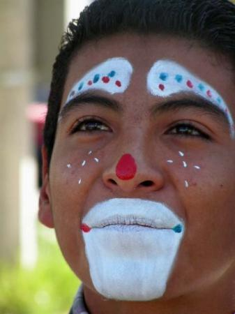 Ciudad Juarez, เม็กซิโก: Great pose...good pic of boy jugglar in Juarez.