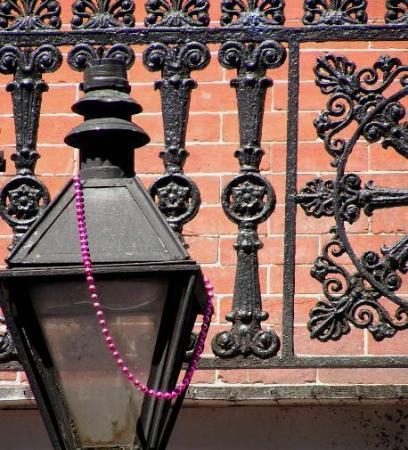 นิวออร์ลีนส์, หลุยเซียน่า: Hanging by a bead...N.O.