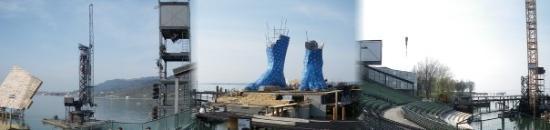 เบรเกนซ์, ออสเตรีย: De izquierda a deerecha, la torre del sonido, el escenario y las dos grúas grandes tienen la mis