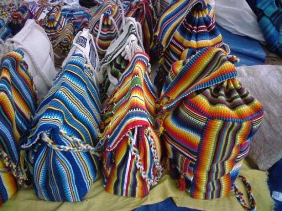 อาซุนซิอง, ปารากวัย: Estas mochilas, asi como las ven de increibles, son hechas por mujeres indígenas, utilizando sol