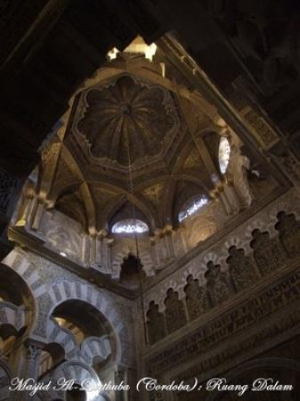 คอร์โดบา, สเปน: Ruang Dalam Masjid Al-Qurthuba (Cordoba) Sisa peninggalan Perang Salib, Spain (2008)