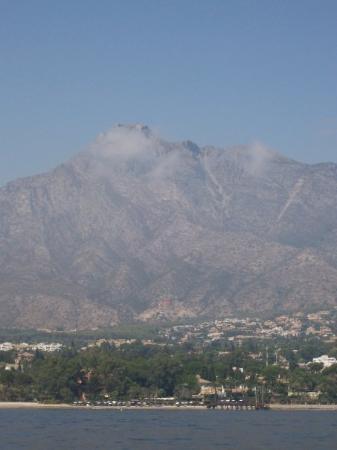 มาร์เบลลา, สเปน: Random cloud over booby mountain