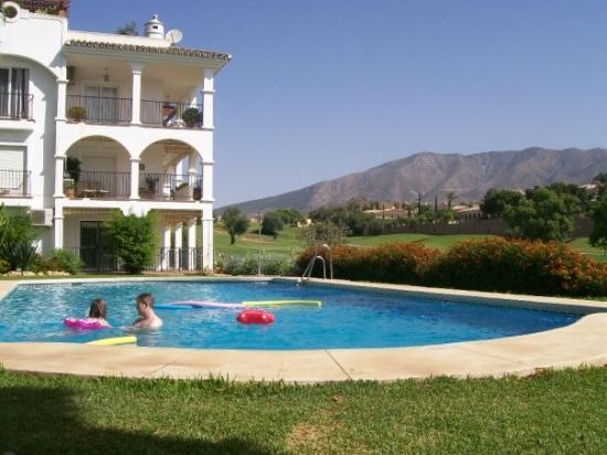 ฟูเอนจิโรล่า, สเปน: Our apartment (first floor) and one of the pools with golf course to the right