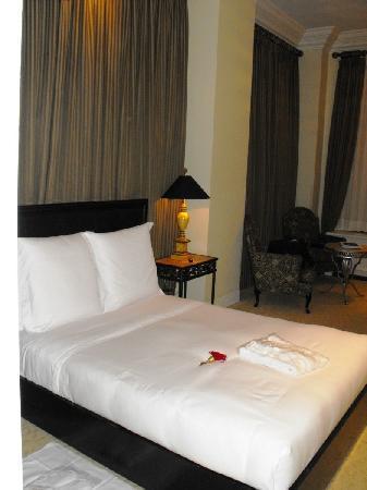 هوتل لو سان جيمس مونتريال: Room 505 - bed