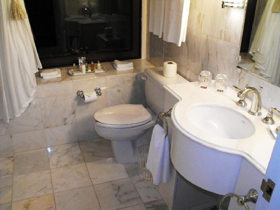 هوتل لو سان جيمس مونتريال: Bathroom