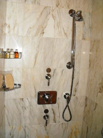 Hotel Le St-James: Shower