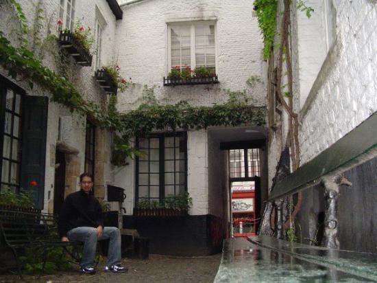 อันท์เวิร์พ, เบลเยียม: In a hidden alley