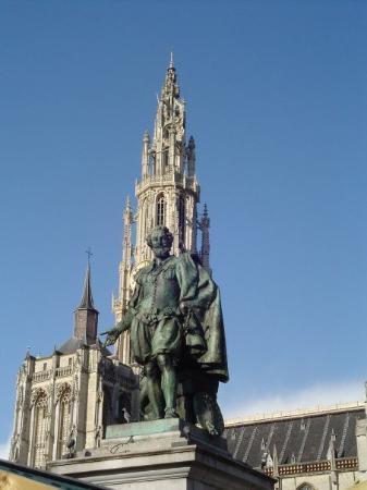 คาเธดราลออฟอาวร์เลดี้: Ruben's statue, Cathedral of Our Lady in the back