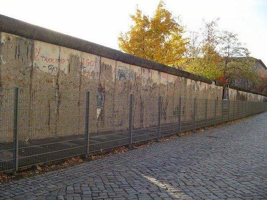 อนุสรณ์สถานกำแพงเบอร์ลิน: The Berlin Wall