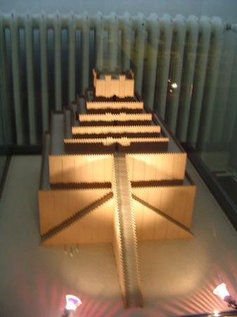 พิพิธภัณฑ์เปอร์กามอน: Scale model of Ur Great Ziggurat