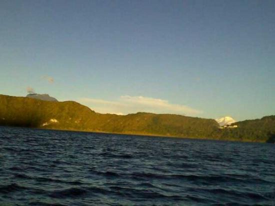 Laguna Cuicocha, الإكوادور: 07/26/2009  Cuicocha, el Imbabura a la izquierda y el Cayambe a la derecha