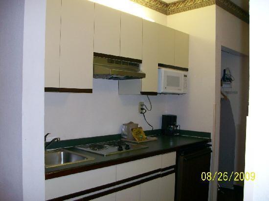 Baymont by Wyndham Statesboro: This is a kitchenette!!