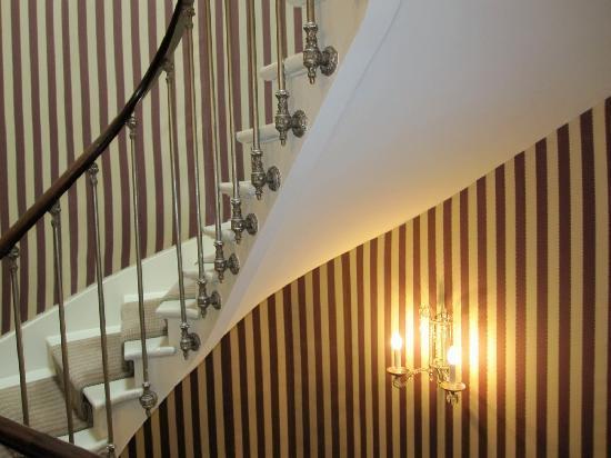 โรงแรมเดส์ กรองด์ ฮอมเมส: Spiral staircase in hotel