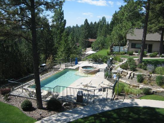 Bigfork Mountain Lake Lodge: view of the pool from our balcony