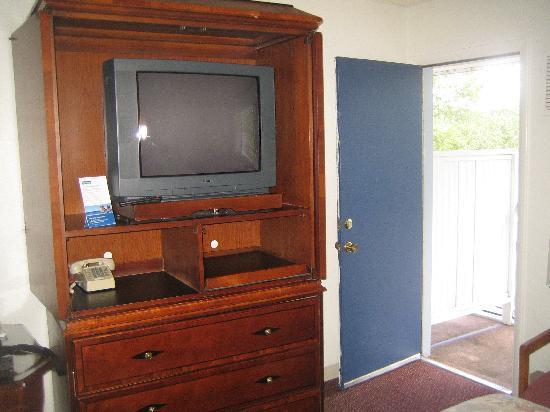 Travelodge by Wyndham Durango: TV area showing door to balcony.