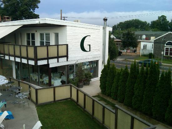 Greenporter Hotel: View of front and entrance to restaurant from upper porch area