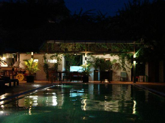 โรงแรมเดอะ กาบีกิ: Pool View at night