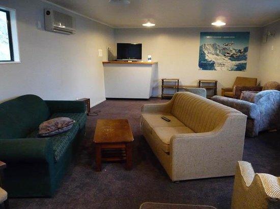 เลคเทคาโปโมเต็ลส์ & ฮอลิเดย์พาร์ค: Communal lounge room- nice big TV