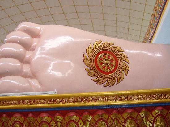 Reclining Buddha Wat Chaiyamangalaram: お釈迦様は扁平足