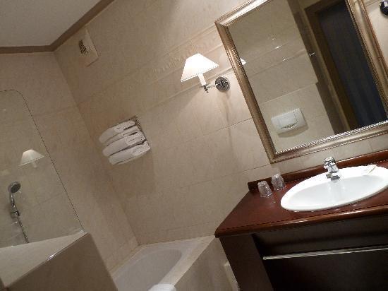 Mercure Lyon Centre Chateau Perrache: Superior double bathroom