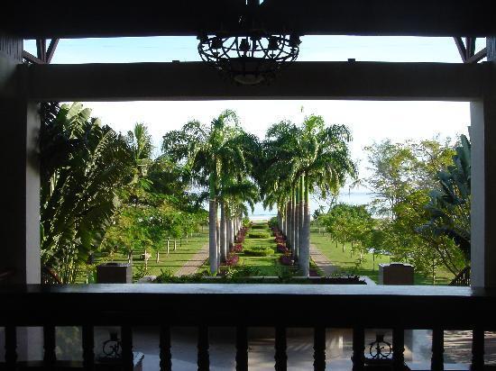 เนกซัสรีสอร์ท แอนด์ สปา การัมบูไน: ホテルからビーチへの道