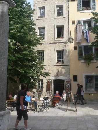 วองซ์, ฝรั่งเศส: artists paint outdoors