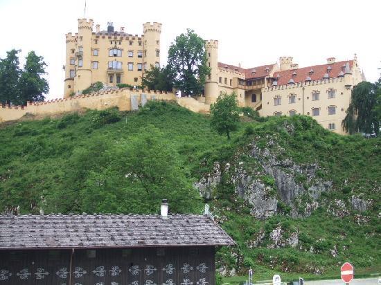 โฮเฮนชวานเกา , เยอรมนี: 小高い丘の上のホーエンシュバンガウ城全景