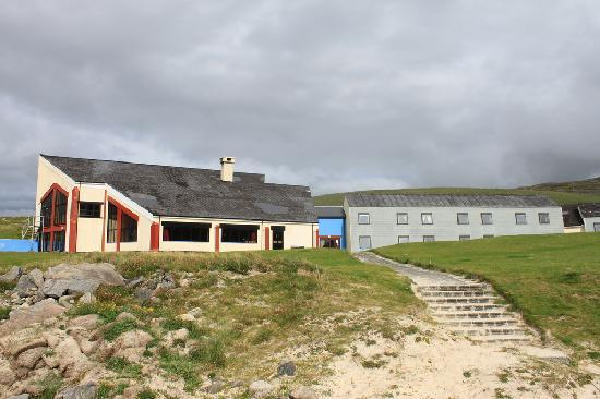 Isle of Barra Beach Hotel: The hotel from the beach.