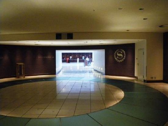 เชอราตันแฟรงเฟิร์ต แอร์พอร์ทโฮเต็ล&คอนเฟอเรนซ์ เซ็นเตอร์: 専用通路からホテル入口を見て