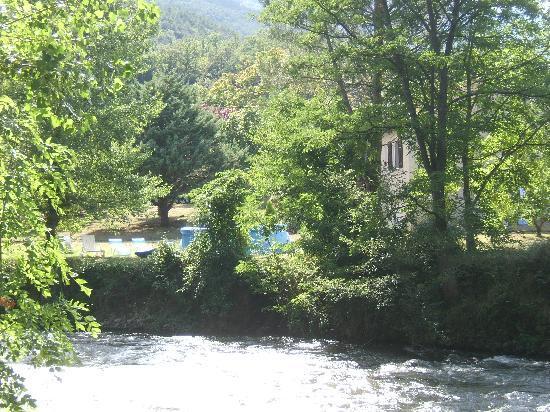 Les Eaux Tranquilles: L'Aude au bout du terrain.