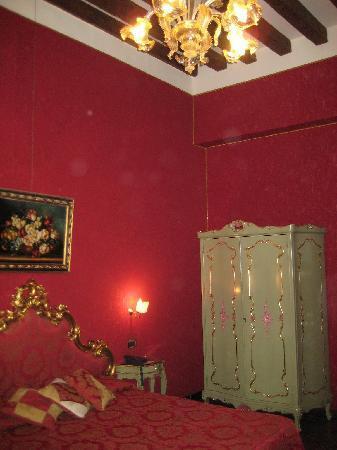 Hotel Al Ponte Mocenigo: L'armadio in stile veneziano