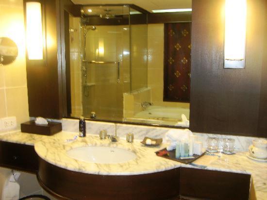 ฮิลตัน ภูเก็ต อาร์คาเดีย รีสอร์ท แอนด์ สปา: bathroom