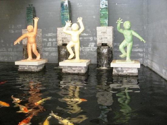 ฮิลตัน ภูเก็ต อาร์คาเดีย รีสอร์ท แอนด์ สปา: life size figurines