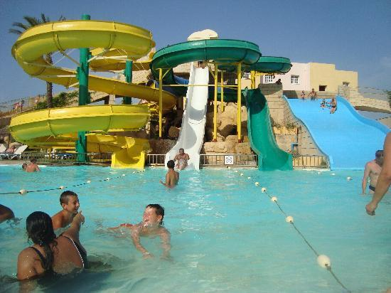 Houda Golf and Beach Club: partie piscines avec tobogant