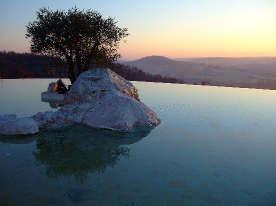 Hotel le Belvedere: lever du jour sur la piscine