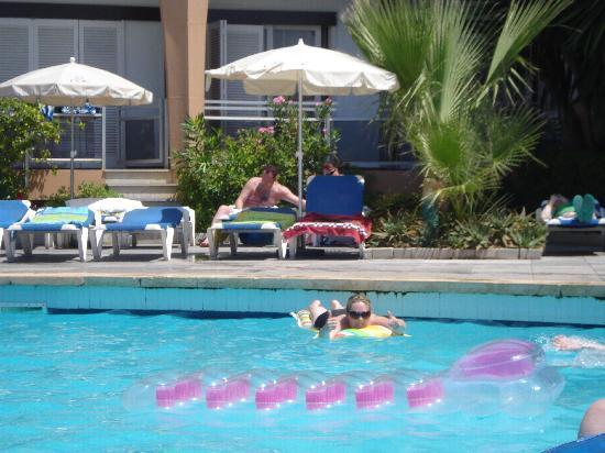 Roc Portonova Apartments: pool