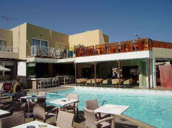 Nefeli Hotel: La piscine, le bar et le restaurant à l'interireur