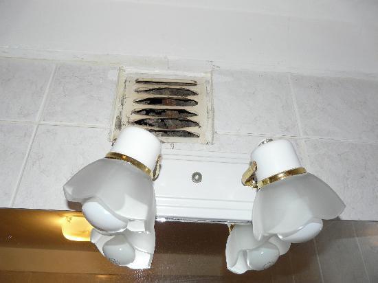 Hotel Slalom: Rejilla del baño con más suciedad que el rabo de una vaca