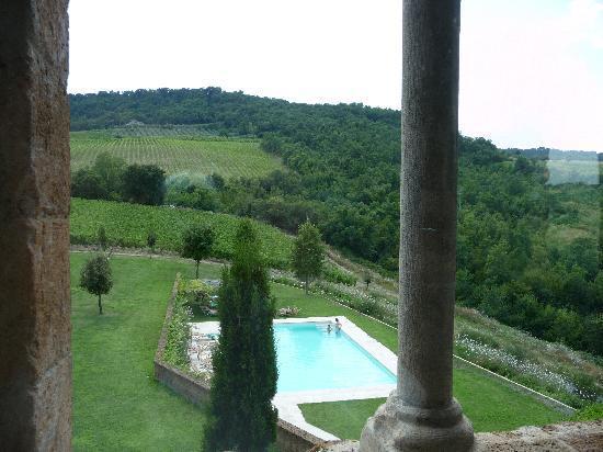 Locanda Palazzone: piscina vista dal soggiorno