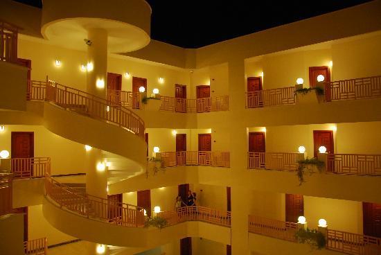 Golden Lotus Hotel: At night